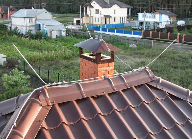Проводник молниеотвода на коньке крыши